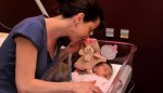 Une jeune maman et son enfant à la maternité de l'Eveillon